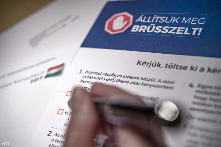 A magyar kormány Állítsuk meg Brüsszelt! címmel meghirdetett nemzeti konzultációjának kérdőíve Budapesten 2017. április 3-án.