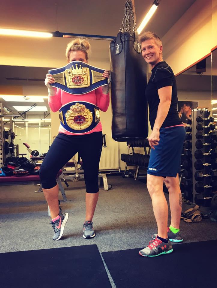 Liptai Claudia testhezálló tréningruhában - jól látszik, milyen remek formában van.