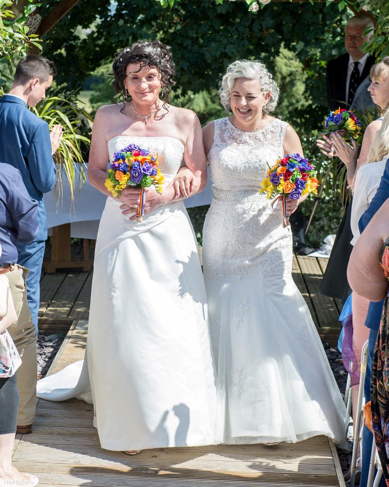 A ceremónia most augusztus 17-én volt, amint arról már előre beszámolt a pár a Daily Mailnek egy júliusi interjúban.