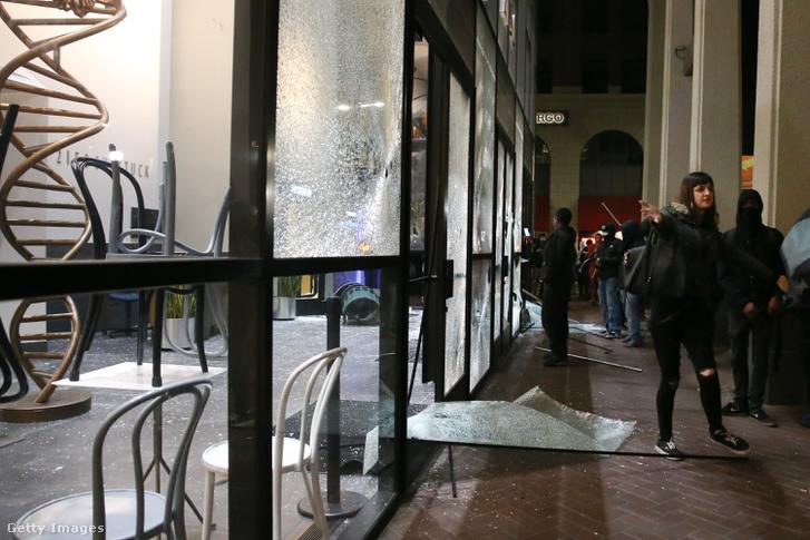 Egy bank szétvert bejárata a Berkeley közelében 2017 február 1-én.