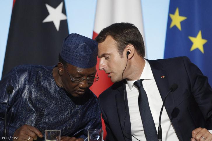 Idriss Deby Itno csádi elnök (b) és Emmanuel Macron francia államfő az afrikai országokból az Európai Unió tagállamaiba irányuló migrációról tartott csúcstalálkozót követő sajtótájékoztatón