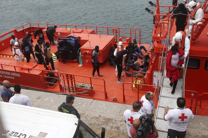A tengerből kimentett afrikai menekülteket szállít a spanyol tengeri mentőszolgálat hajója a dél-spanyolországi Tarifa kikötőjébe 2017. augusztus 25-én.