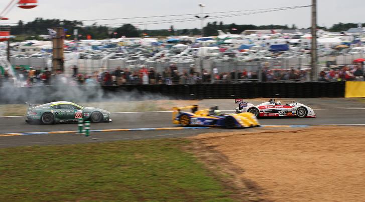 Na és megy a verseny: a kicsúszó autó egy LMP2-es japán Dome, 56 kört ment (az nem sok, 369-cel lehetett nyerni)
