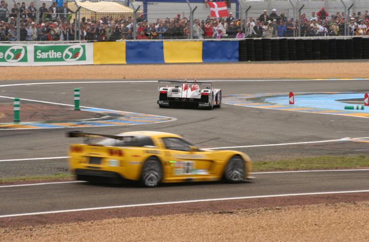 Az egyik Corvette C6R itt épp a boxutcába tart, az Audi a célegyenes felé