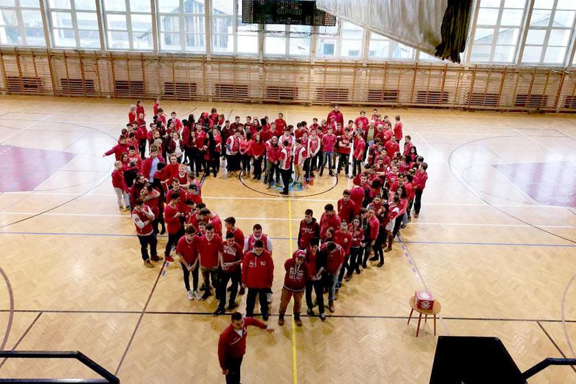 Az Öltözz Pirosba! napon 2011 óta szórakoztató formában gyűjtenek adományokat