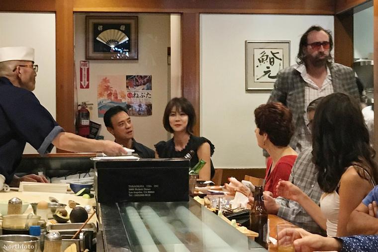Cage-ről egyébként egy Los Angeles-i szusibárban készültek a friss képek, és most szólunk, hogy a háttérben látszó, fekete ruhás hölgynek még szerepe lesz a későbbiekben.