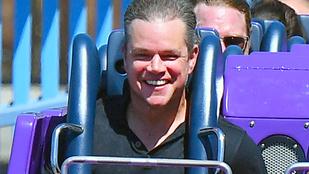 Matt Damon ritkán látott arca, amikor a hullámvasúton vigyorog