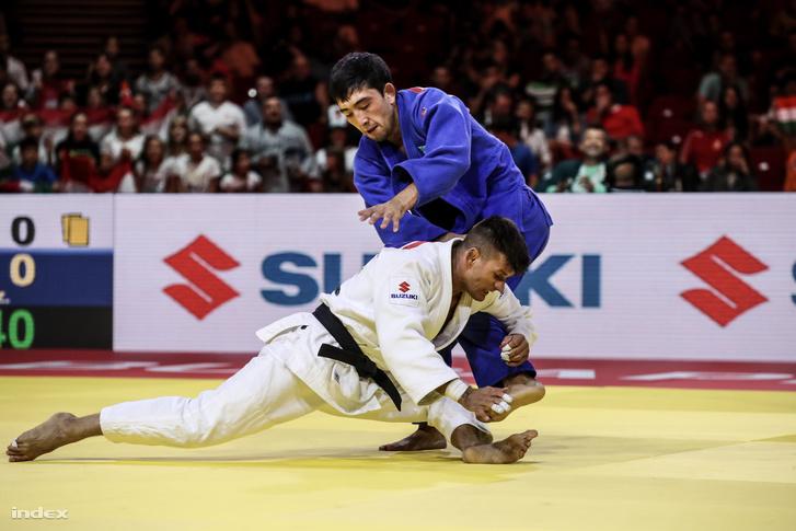 Ungvári Miklós (fehérben) a kazah Zsanszaj Szmagulov ellen a budapesti cselgáncs-világbajnokság férfi 73 kilogrammos súlycsoport versenyében
