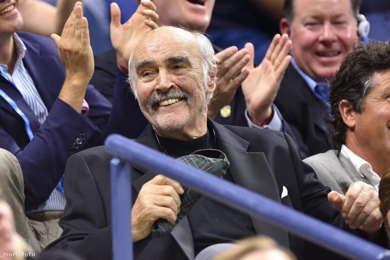 Ezért inkább nem is mondunk semmi olyat, csak hagyjuk, hadd nézegesse a US Open-t élvező Sean Conneryt és David Beckham feleségét,