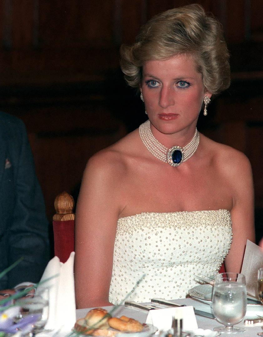 Diana hercegnő 1990 májusában egy fehér, gyöngyökkel díszített estélyit viselt a Parlament Vadász termében rendezett díszvacsorán, amelyet Catherine Walker tervezett.