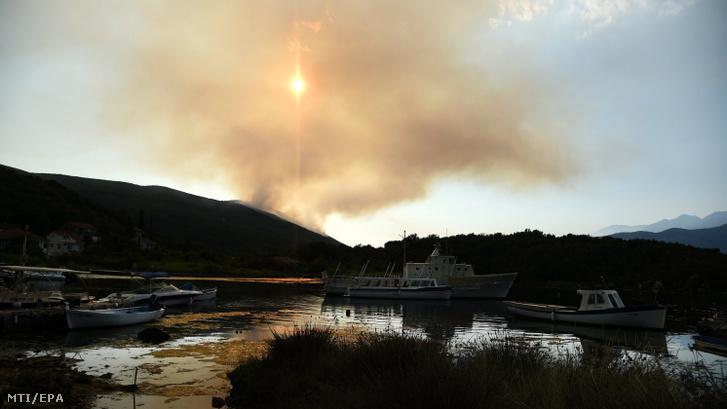 Erdőtűz pusztít a montenegrói Tivat közelében 2017. július 18-án.