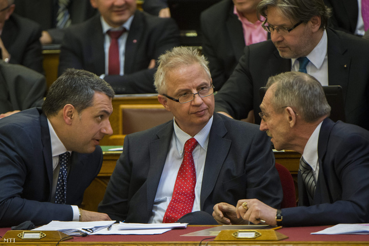 Lázár János a Miniszterelnökséget vezető miniszter Trócsányi László igazságügyi miniszter és Pintér Sándor belügyminiszter (b-j) az Országgyűlés plenáris ülésén 2015. április 14-én.