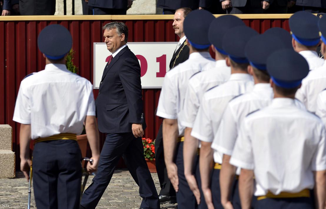 Orbán Viktor miniszterelnök (b) és Patyi András az egyetem rektora érkezik a Nemzeti Közszolgálati Egyetem (NKE) Rendészettudományi Karának tisztavatási ünnepségére a Budavári Palota Oroszlános udvarán 2014. június 29-én.