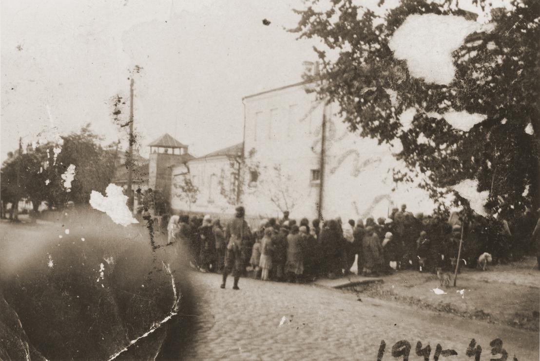 Német katonák őrzik a Kamenyec-Podolszkijban összegyűjtött zsidókat a kivégzésük előtt, 1941. augusztus 27-én.