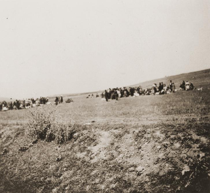 Zsidók a kivégzés helyszínén, 1941. augusztus 27-én.