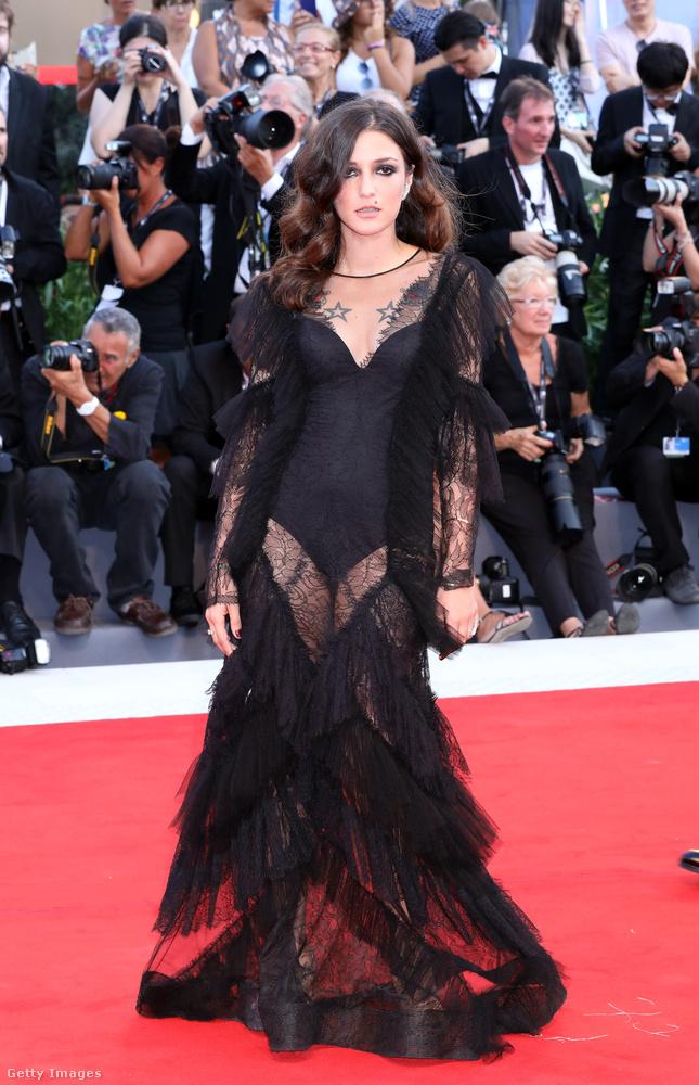 És hogy maradjunk még a vörös szőnyeg, illetve a fesztiválnyitó látványos öltözékeinél, folytatjuk a sort bizonyos Eleonora Carisivel.