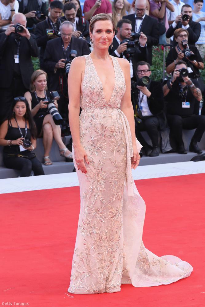 Ő Kristen Wiig amerikai színésznő, ő gyöngyház színű estélyit választott aznapra.