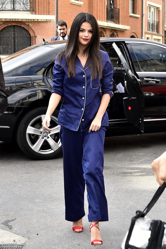 Mi már nyár elején felfigyeltünk erre a trendre, meg is kérdeztünk néhány férfit, hogy mennyire jön be nekik.A képen közben Selena Gomez látható, aki biztos, hogy rengeteg pénzt fizetett azért, hogy olyan pizsije legyen, ami úgy néz ki, mintha a nagypapája fiókjából húzta volna elő.