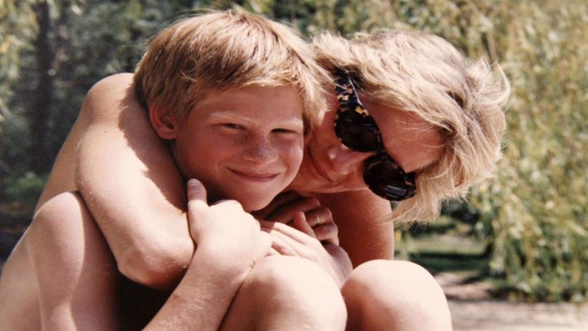 Így bújt kisebbik fiához, Harryhez a nyaraláson - szinte sugárzik a szeretet a megható felvételről.