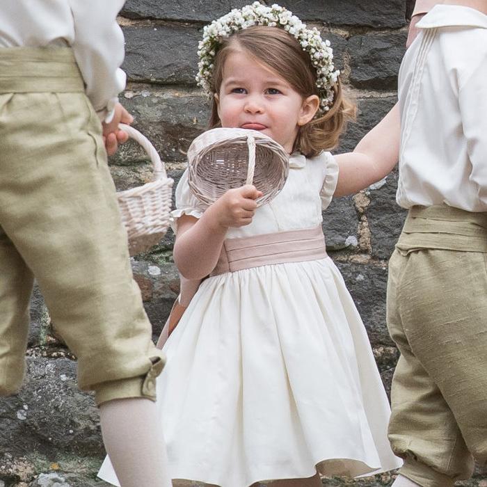 Kiscicásat játszott a nagynénje, Pippa esküvőjén - gondolta, kideríti, hogy finom-e a virágszóró kosárkája.