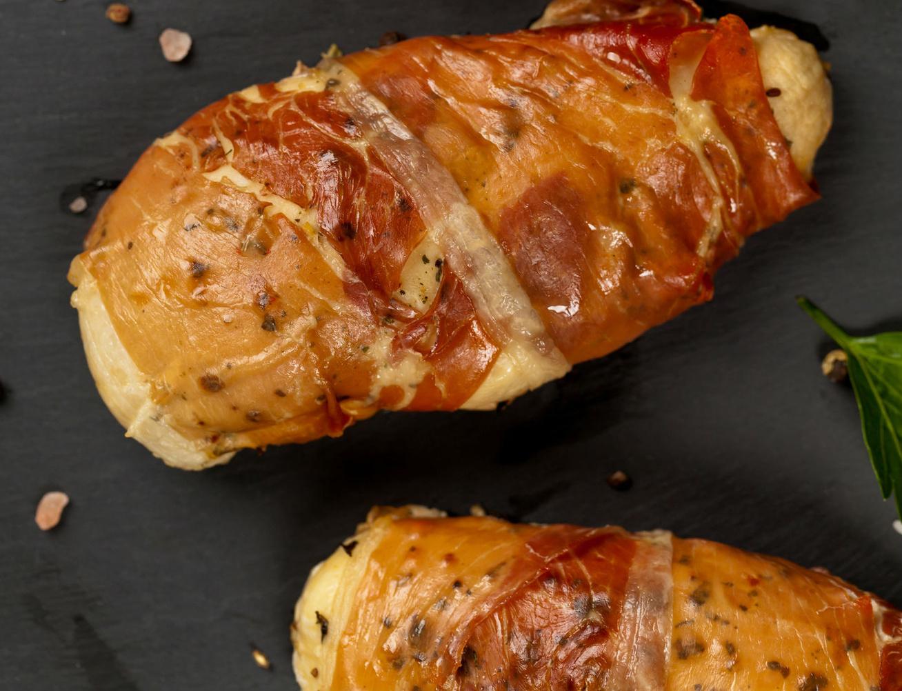 Baconbundában sült, fűszeres csirkemell: szétomlik a szádban a hús