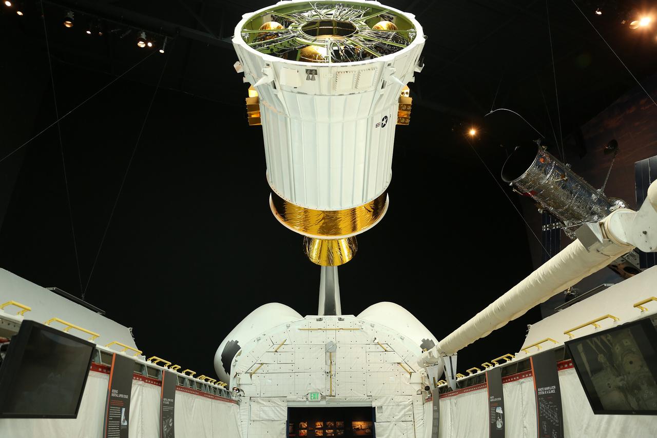 A Boeing által fejlesztett rakétafokozat (Inertial Upper Stage - IUS) modellje az űrsiklómodell rakteréből nézve. Az IUS-ek segítségével jutott el például 1988-ban a Magellan űrszonda a Vénuszig, vagy 1990-ben a Galileo a Jupiterig.