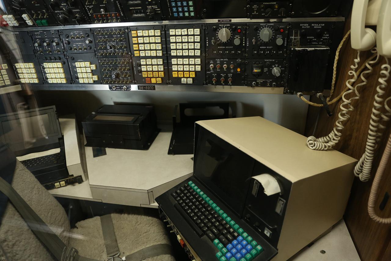 Az elnöki gép fedélzetén a kommunikációs központ.