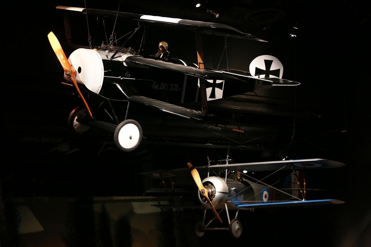 Egy Fokker Dr.I Triplane F.I és egy Nieuport 27 légiharca az idő csendjébe dermedve. (Mindkét plafonról lelógatott repülőgép replika.)