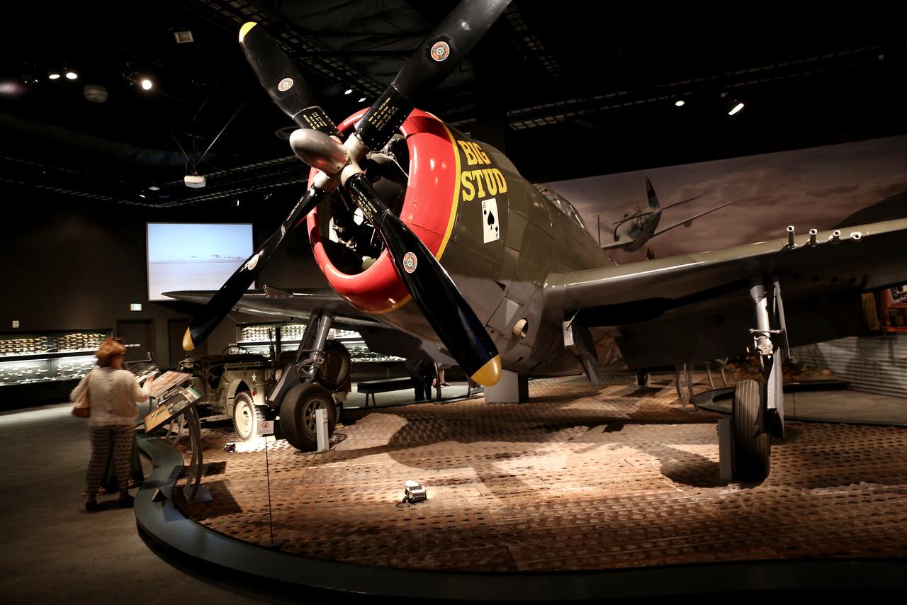 Talán a kép érzékelteti, hogy az itt kiállított 1947-es Republic P-47D Thunderbolt nehéz vadászbombázó mekkora egy böszme állat volt.