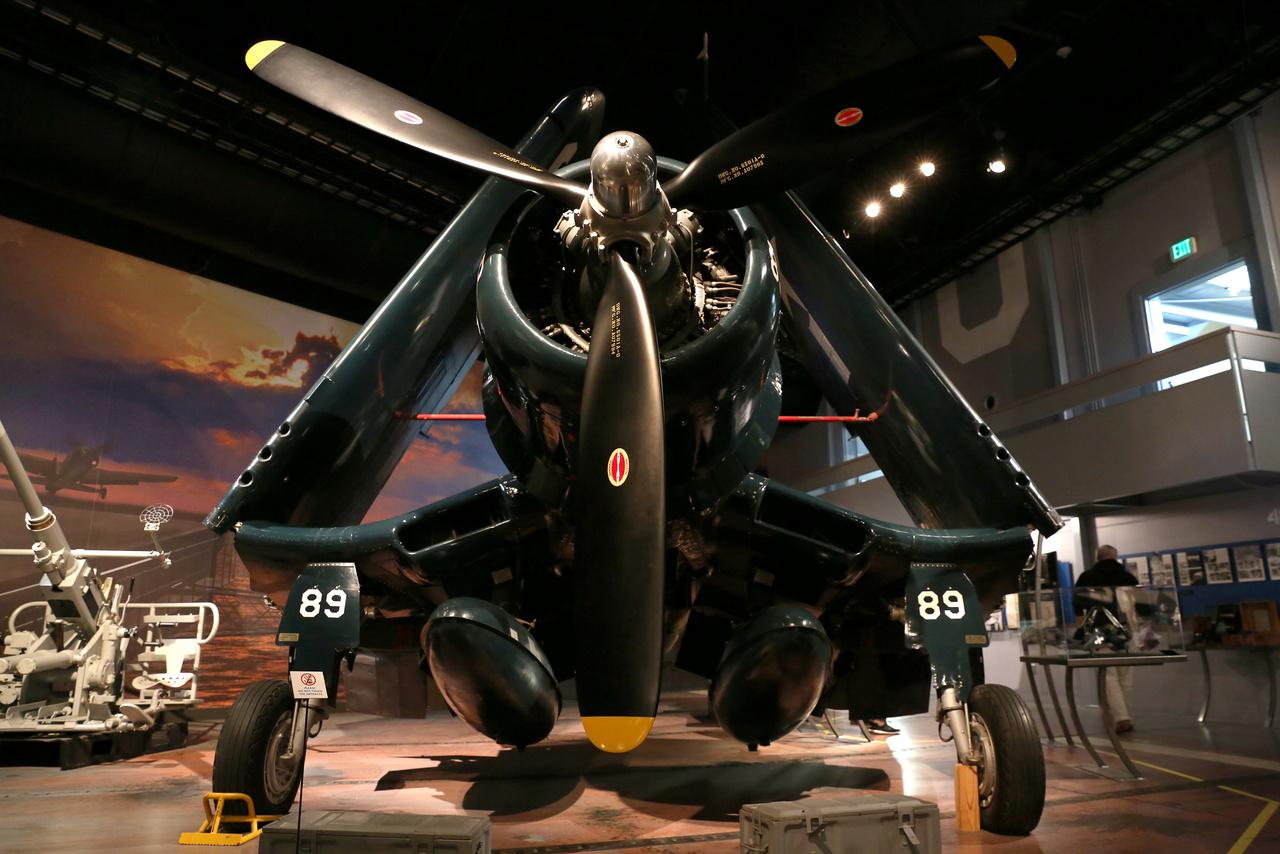 Erről a Chance Vought F4U Corsair haditengerészeti vadászgépről enni lehetne, olyan patikatiszta. A Goodyear által 1945-ben gyártott példány (FG-1D Corsair) eredetileg a USS intrepid repülőgéphordozón szolgált. 1950-ben a Washington tóba zuhant, miután összeütközött egy másik Corsairrel. 1983-ban emelték ki a tóból és restaurálták.