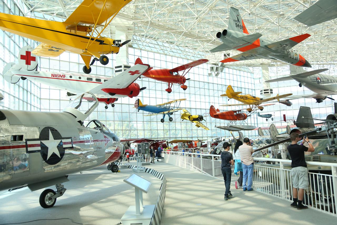 A múzeum fő kiállítótere (T. A. Wilson Great Gallery) zsúfolásig tele különféle repülő szerkezetekkel.
