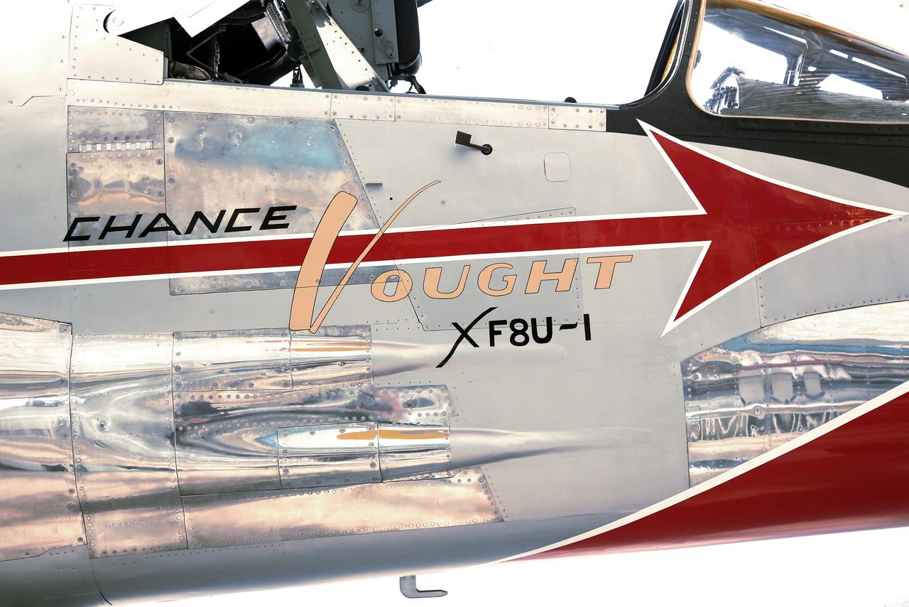 A múzeum Vought (XF-8A) XF8U-1 Crusader gépének pazar festése. Az 1955-ben épült sugárhajtású gép a haditengerészet szuperszonikus vadászgépének prototípusa.