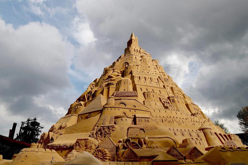 Hihetetlenül aprólékosan kidolgozták a világ legnagyobb homokvárát.