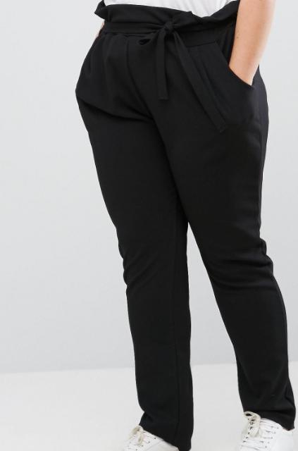 Ez a divatos, magasított derekú, kötős fazon kényelmes, ráadásul vékonyabbnak mutatja a derekat, és rendkívül előnyös teltebb alakra.