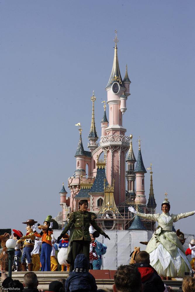 A Disneyland egy őrült jó hely lehet, ami tele van vidámsággál, gyereknevetéssel, mókával és megannyi önfeledt pillanattal, ami örök élményként beéghet egy gyerek agyába