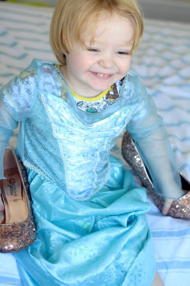 Az anyukája úgy gondolta, hogy ezért jó kis előkarácsonyi ajándék lesz majd elvinni fiát a párizsi Disneylandbe, ahol majd részt vehet a Princess for a Day (Hercegnő egy napra) programon