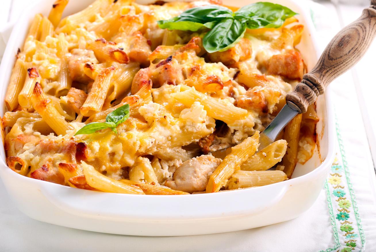Csirkés tészta a sütőből, rengeteg nyúlós sajttal a tetején: hétvégi maradékból is tökéletes