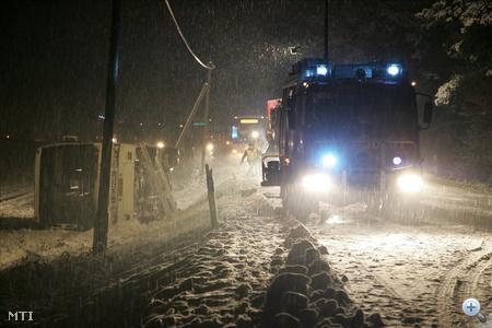 Az elsődleges adatok szerint heten sérültek meg abban a balesetben, amely egy menetrend szerint közlekedő autóbuszt ért, amely a 74-es úton, Zalaegerszeg felől Nagykanizsa irányába haladt.