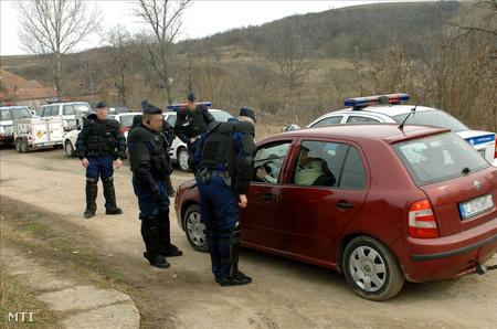 Autót ellenőrizése egy romatelepen 2010 márciusában (Fotó: H. Szabó Sándor)