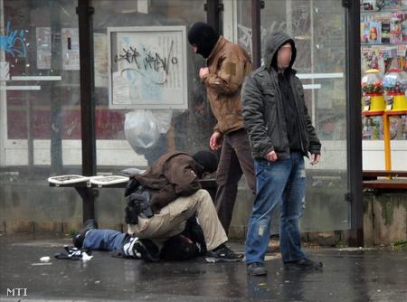 Kommandósok fognak el egy férfit Szombathely belvárosában