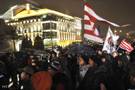Jobbikosok Alföldi ellen tüntetnek (Fotó: Beliczay László)