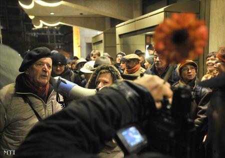 Ellentüntetők virággal tiltakoznak Alföldi védelmében