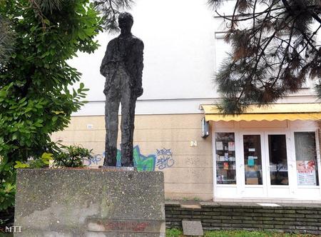 Doktor Sándor egész alakos bronzszobra, Vilt Tibor szobrászművész alkotása Pécsett, a Nagy Jenő utcában. (Fotó: Kálmándy Ferenc)