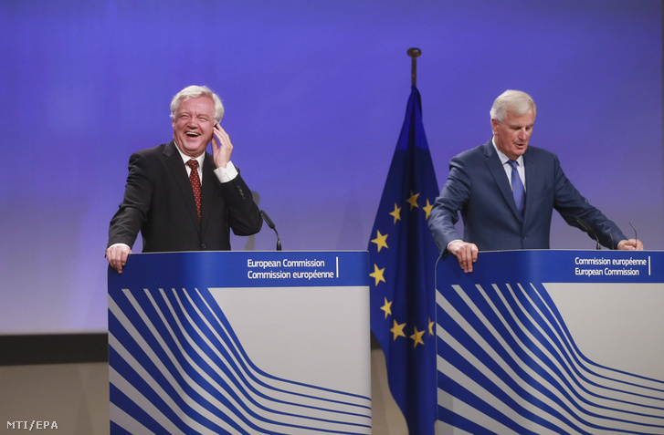 David Davis, a Nagy-Britannia Európai Unióból való kilépéséről folytatott tárgyalásokért felelős brit miniszter (b) és Michel Barnier, az Európai Bizottságnak a kilépés ügyében felelős főtárgyalója a brit kiválásról folytatott tárgyalások harmadik fordulóját lezáró sajtótájékoztatón