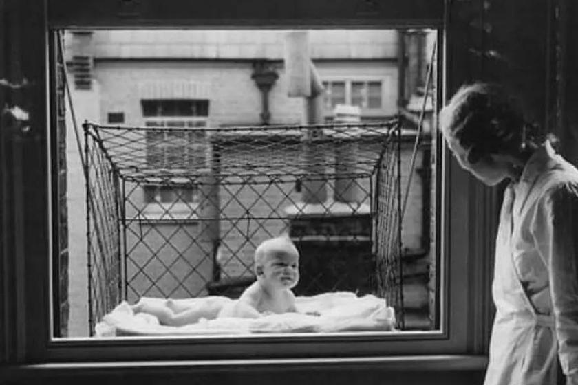 Az 1920-as, 1930-as években találták fel az ablakba szerelhető bébiketreceket, melyek a nagyvárosi babák számára tették lehetővé, hogy több napsütést és friss levegőt kapjanak.