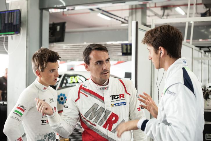 Tassi Attila, Michelisz Norbert és Giacomo Altoé a M1RA-garázsban Thaiföldön