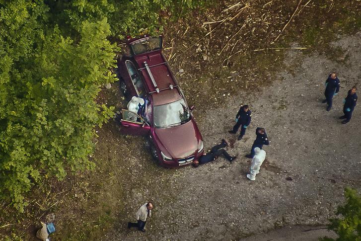Rendőrök helyszínelnek a család autójánál