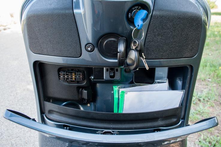 Túl sok hely nincs a kesztyűtartóban, de telefont tudunk USB-ről tölteni