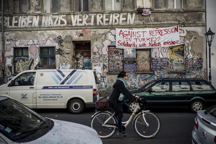 A törökországi kurdok elnyomása ellen tiltakozó plakát Berlinben