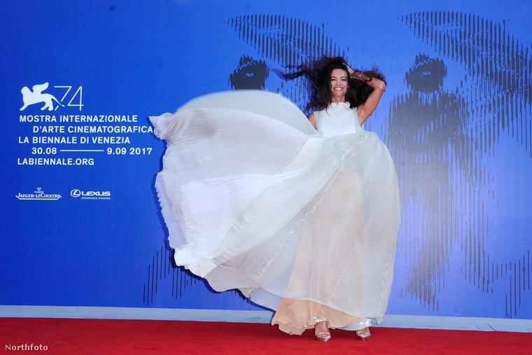 Afef Jnifen tunéz modell pedig megmutatta, hogy kedvezőtlen időjárási körülmények között ugyanaz a ruha kétféleképpen is tud viccesen kinézni